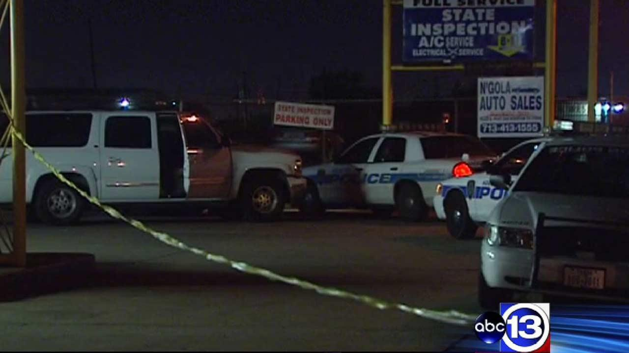 Man ambushed, killed in robbery outside auto repair shop in far southwest Houston