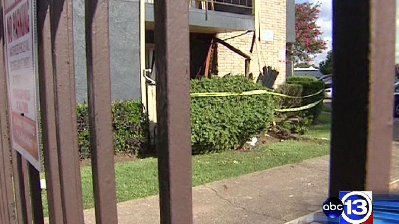 Shooting victim slams into SW Houston apartment, narrowly missing residents