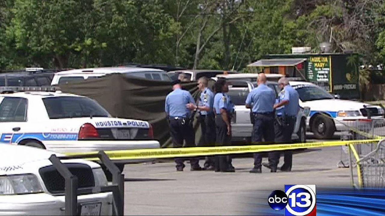 One killed in shootout in grocery story parking lot