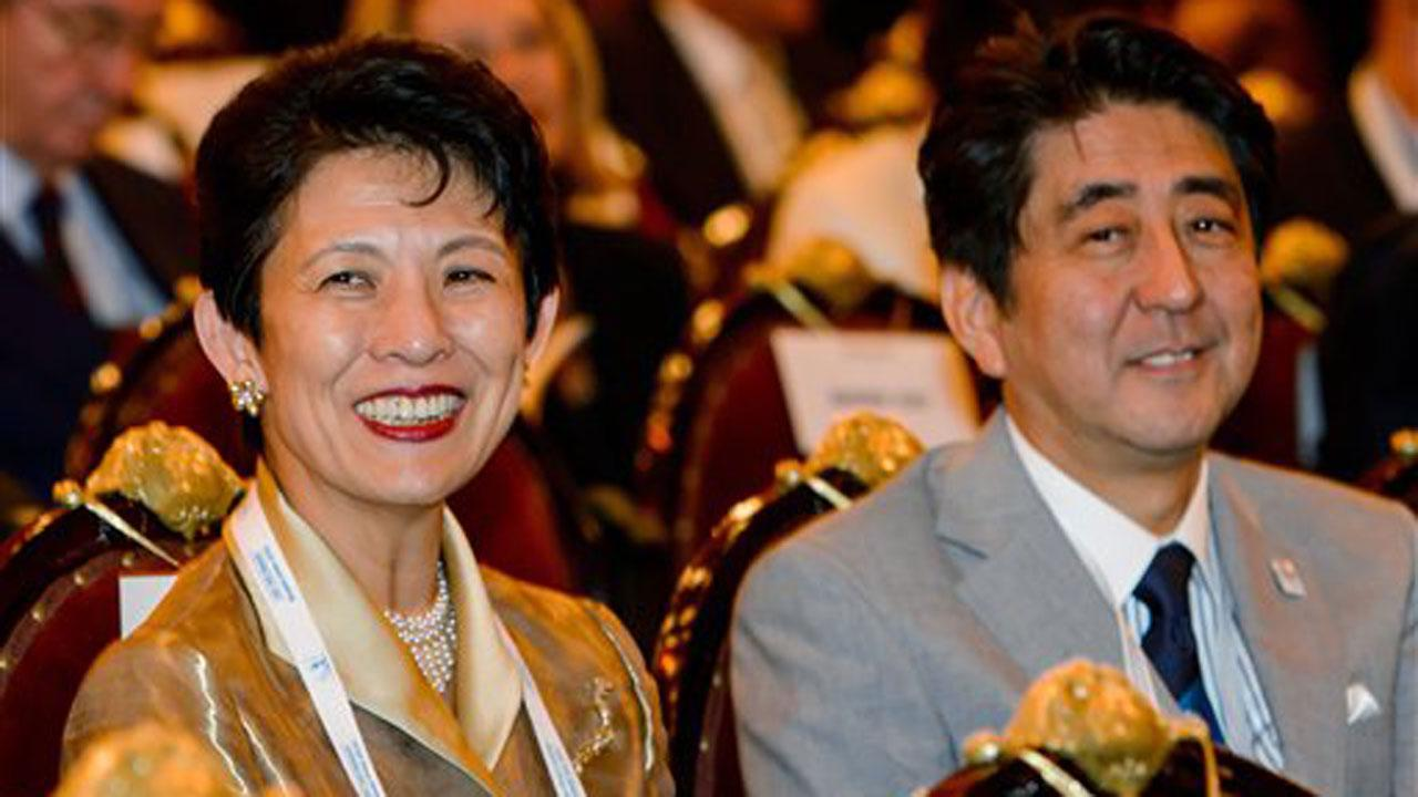 Japans Princess Takamado, left, and Japans Prime Minister Shinzo Abe