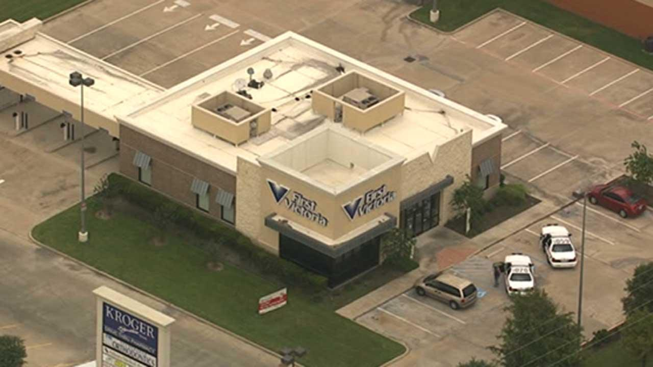 Bank robbery suspects sought by police in NW Harris Co.
