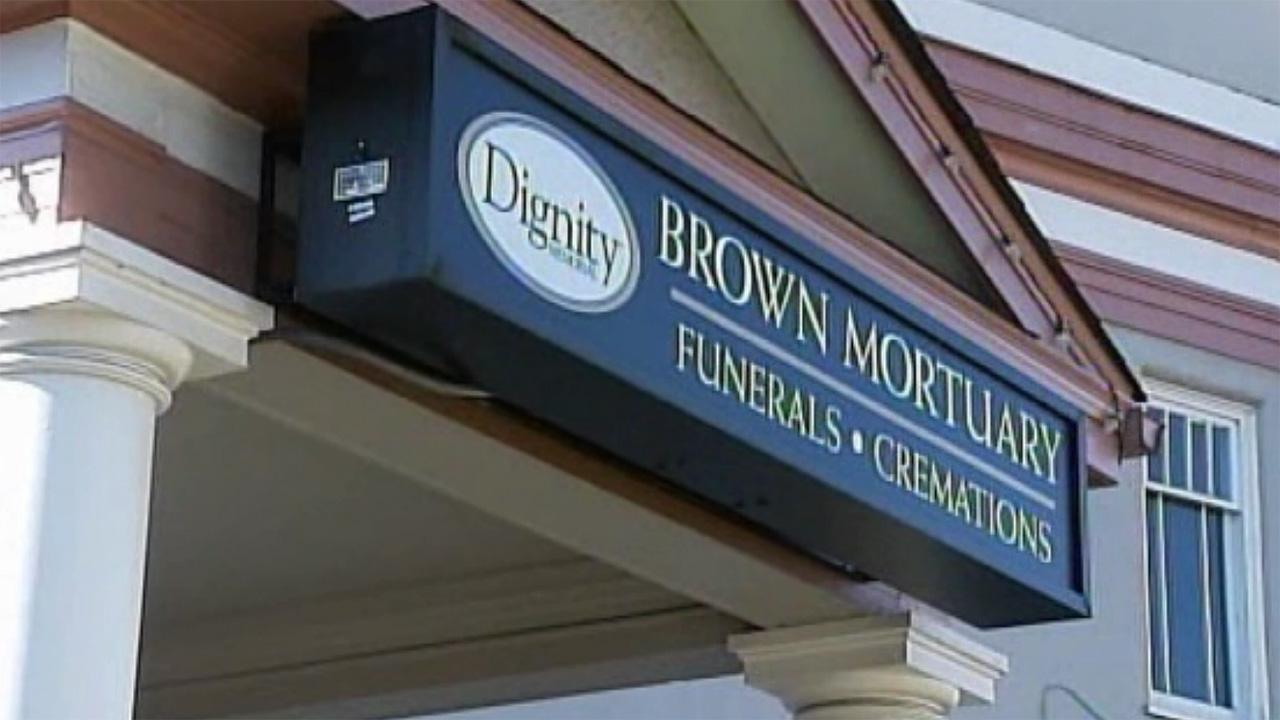 Family finds wrong body in fathers casket
