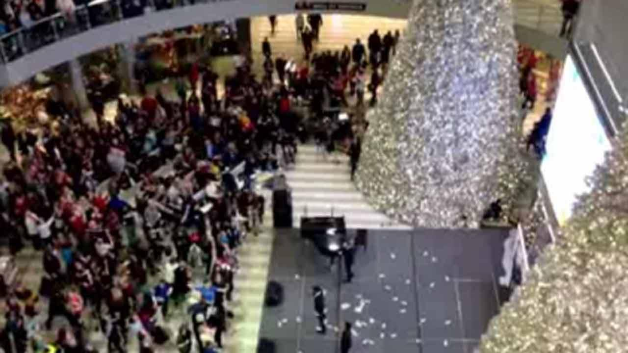 Man tosses $1,000 into Black Friday crowd