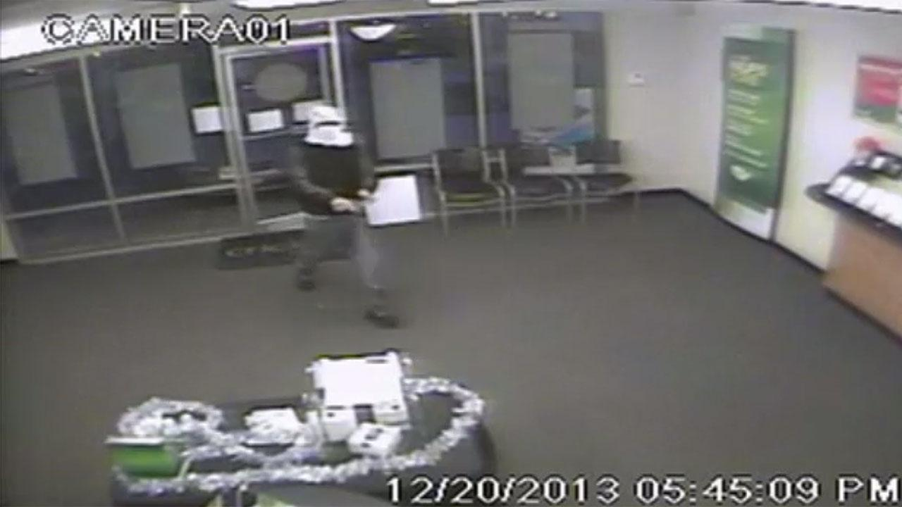 Armed robbers hit two Ft. Bend County stores
