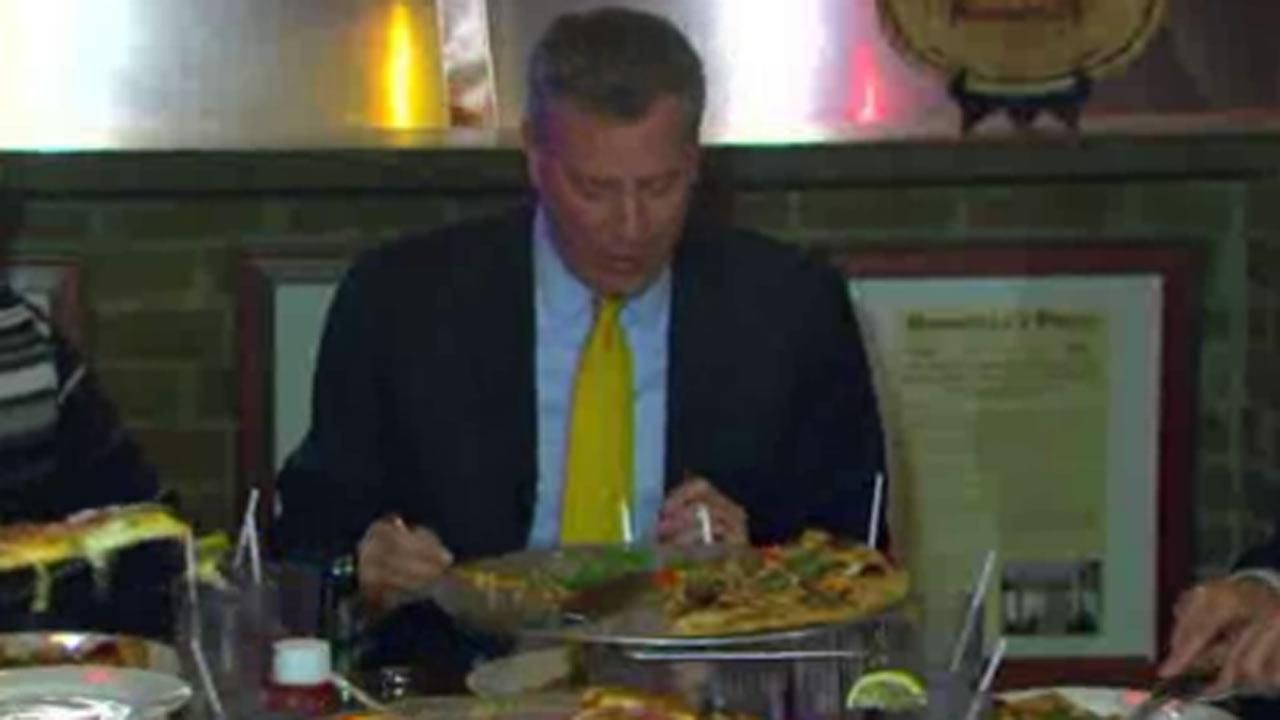 Mayor Bill de Blasio caught eating pizza with fork