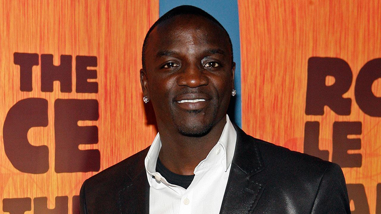 Akon pseudonimo di Aliaune Thiam ˈeɪkɒn SaintLouis 16 aprile 1973 è un cantautore rapper e produttore discografico statunitense di origini senegalesi