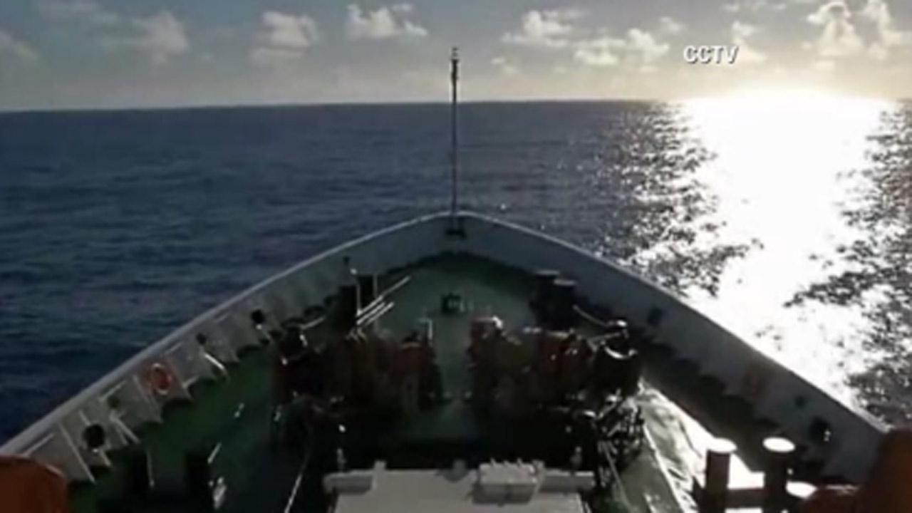 2 ships hunt for black boxes from missing jetliner