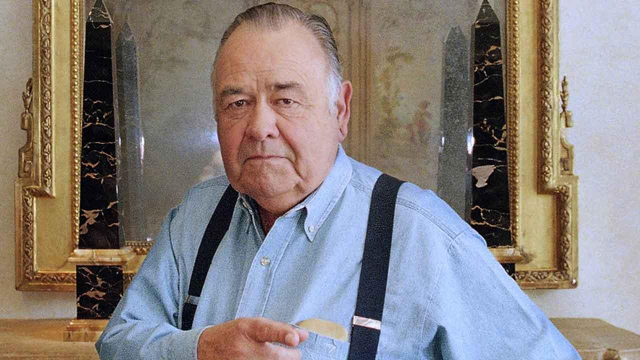 his May 6, 1997 file photo shows comedian Jonathan Winters posing at a hotel in Beverly Hills, Calif. Winters, whose breakneck improvisations inspired Robin Williams, Jim Carrey and many others, died Thursday, April 11, 2013, at his Montecito, Calif., home of natural causes. He was 87. (AP Photo/Damian Dovarganes, file)