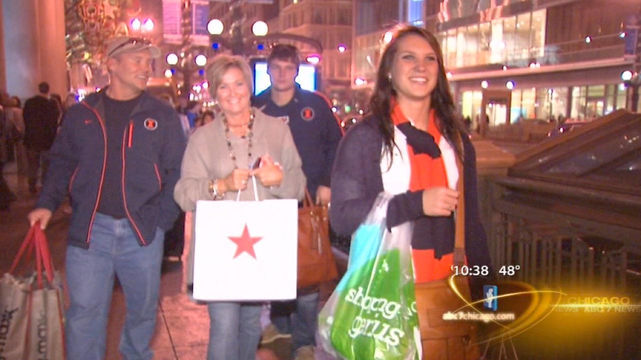 Unseasonably warm weekend draws shoppers downtown